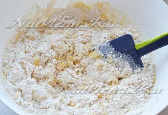 Перемешаем муку, с дрожжами, маслом и яйцом