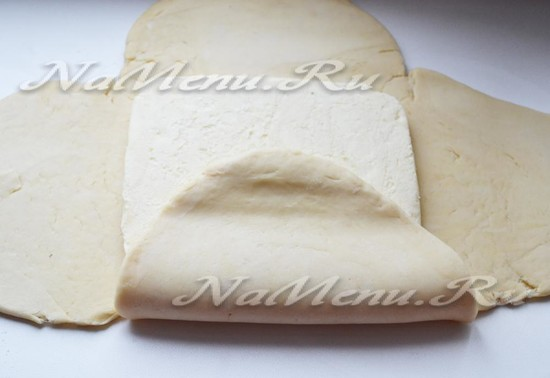 Раскатаем тесто и присоединим масло