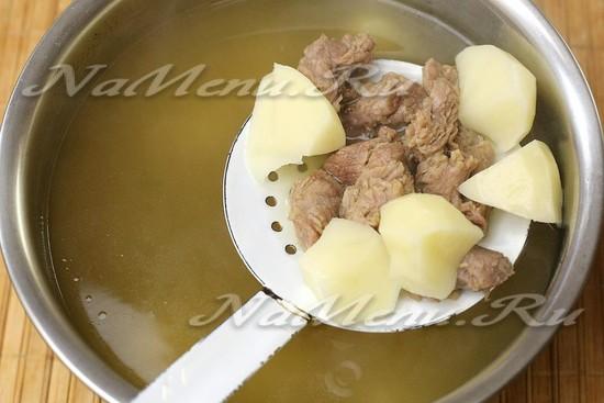 процедить бульон, добавить картошку и вареное мясо