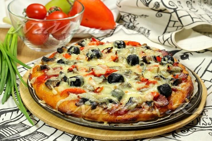 Пицца с колбасой, грибами и маслинами