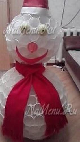 Снеговик из пластиковых стаканчиков своими руками, пошагово