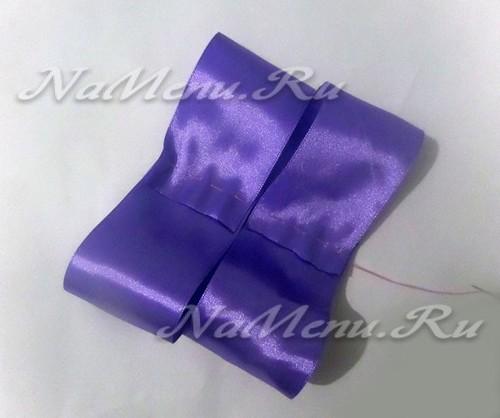 Складываем ленту пополам, так чтобы ее края были на середине ленты и сшиваем иголкой
