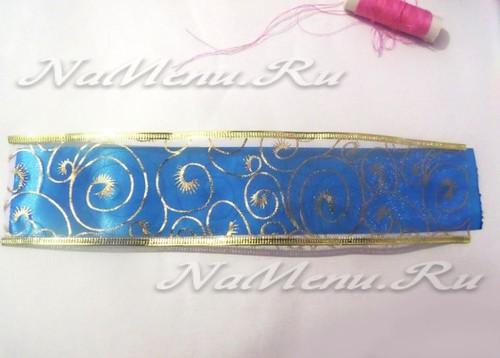 Декоративную ленту кладем на голубую