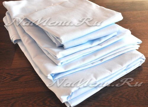 Аккуратно складываем ткань для пошива постельного белья в стопку