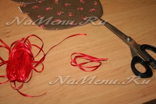 Их узкой атласной ленты отрезаем кусок и делаем из нее несколько витков в виде хвостика