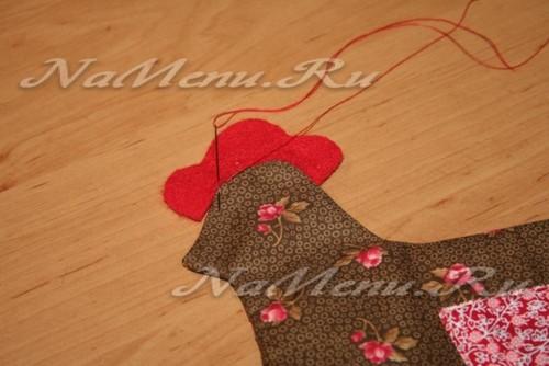 Красными нитками, ручными стежками пришиваем гребень с обеих сторон