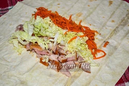 на лаваш выложить курицу, капусту и морковь