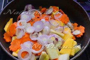 Добавить овощи к рыбе