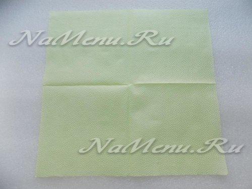 Начнем с салфетки зеленого цвета и первым этапом полностью развернем ее