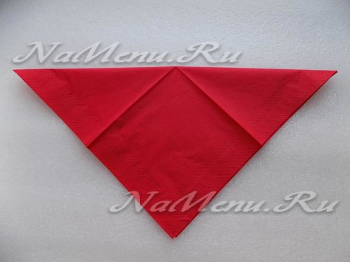 Делаем сгиб в диагональном направлении, формируя треугольник
