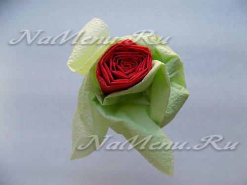 Сложенная салфетка в виде розы