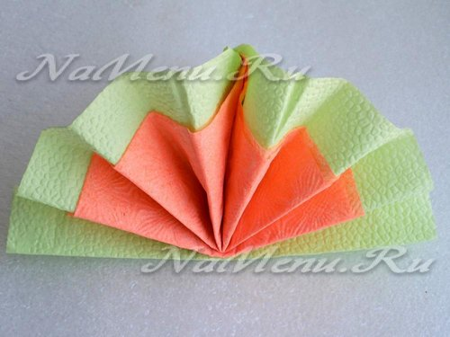Расправляем двухцветный веер из салфеток