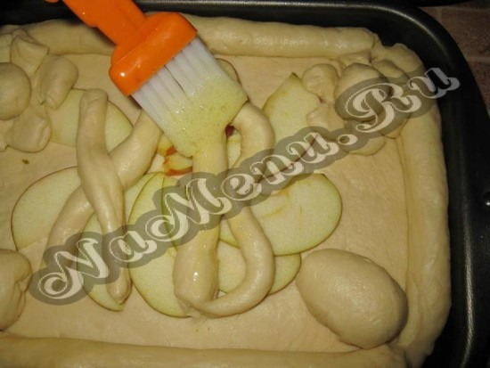 Смазываем пирог снизу