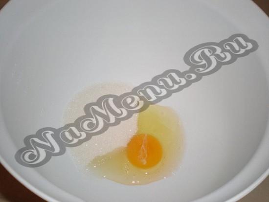 Объединить в чашке соль и яичко