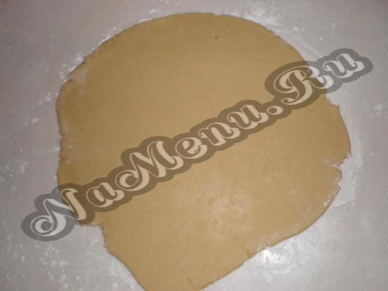 Скалкой раскатываем тесто