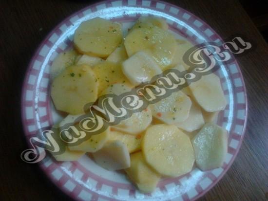 Обсыпаем картофель приправами