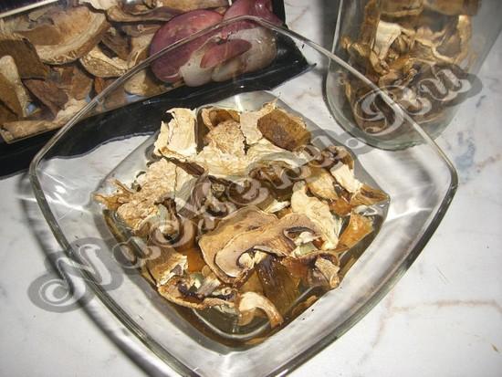 Смочить высушенные белые грибы