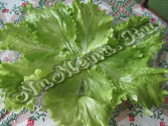 Дать листья салата на тарелку
