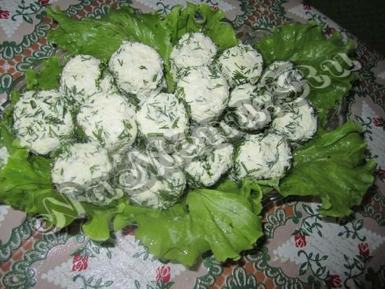 Дать шарики на листья салата
