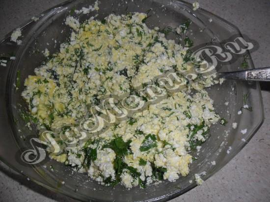 из зелени, творога и яиц подготовить начинку
