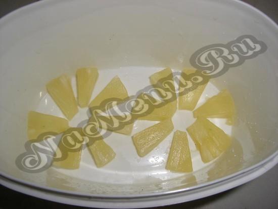 Кладем ананасы в бак