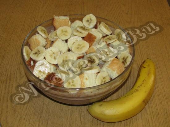 Бананы и изрезанные бисквит