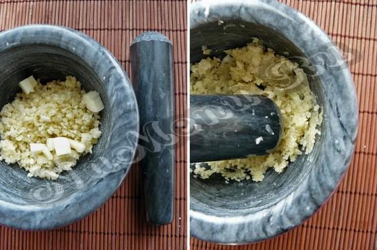Перетереть орех с чесноком