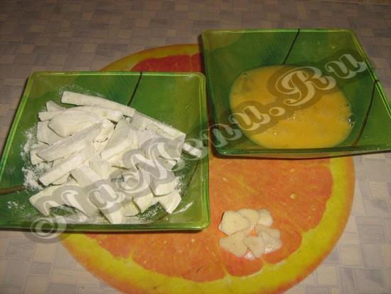 Покрошенные кабачки, яички и чеснок