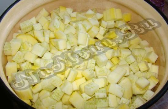 Нарезаем кабачки