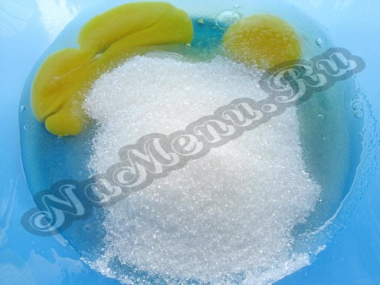 Взбиваем яички и соль