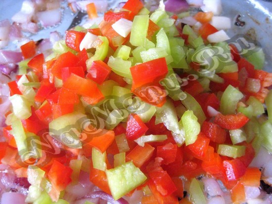 Добавить болгарский перец к луку с чесноком