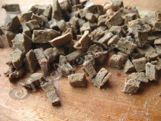 Отварить печень и порезать кусками