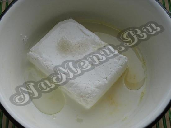 слить творог с яичком, маслом, молоком