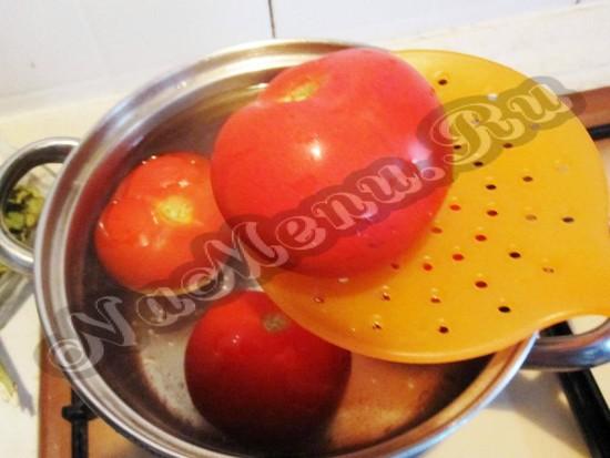 положить на 2 секунды помидоры в кипяток
