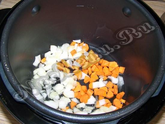 Обжариваем чеснок и морковь