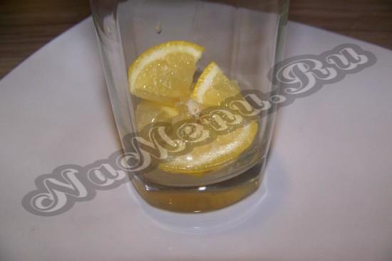 Кромсаем апельсин и кладем в графин