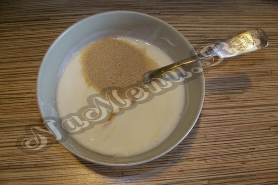 кефир объединить с жидкостью, медом и дрожжами