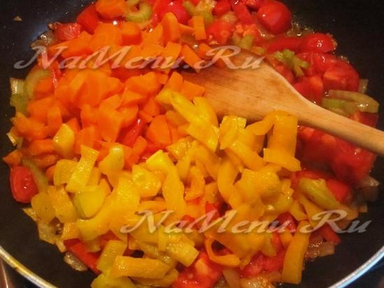 добавить перец и морковь в сковороду