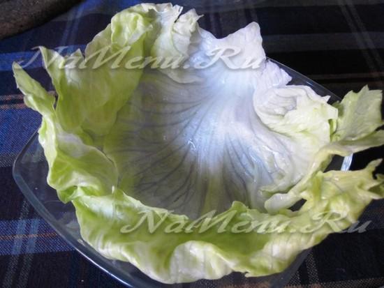 Выстилаем листьями салата тарелку