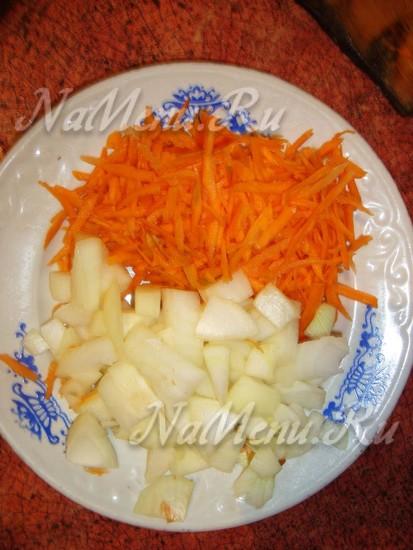 Нарезаем чеснок и морковь