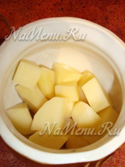 Укладываем в горшочки картофель