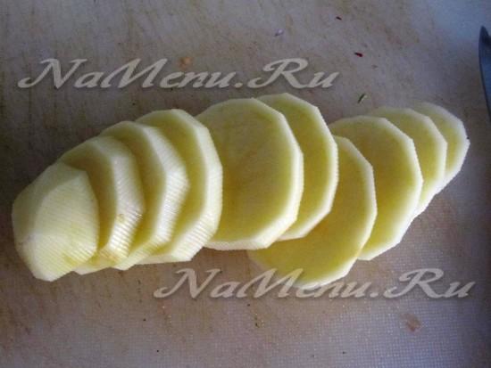 картофель порезать кружочками и совместно с овощами добавить к томатам на противень