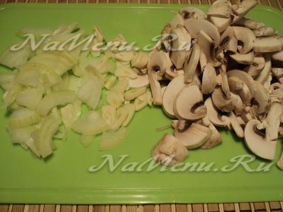 Нарезаем грибы и чеснок