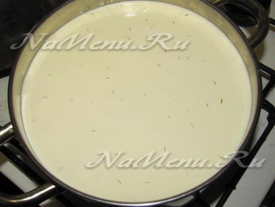 Переливаем укисшее молоко в кастрюлю