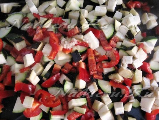 все фрукты порезать кусками и установить в духовку