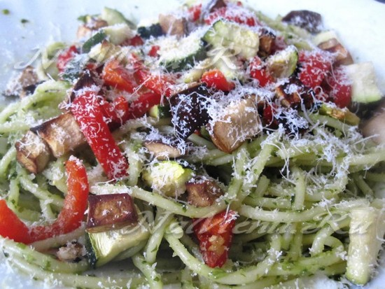 Спагетти с песто и овощами-гриль
