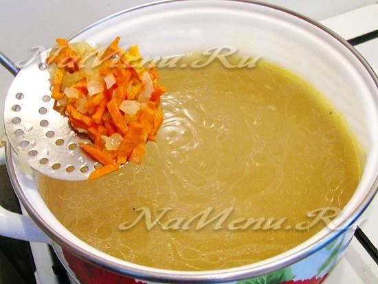 Кладем чеснок и морковь