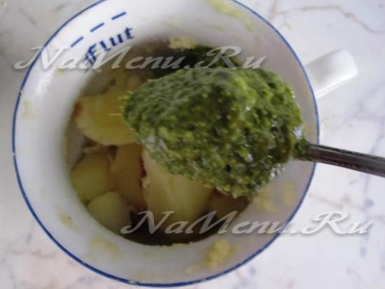 пульпа картофеля размять в пюре с песто