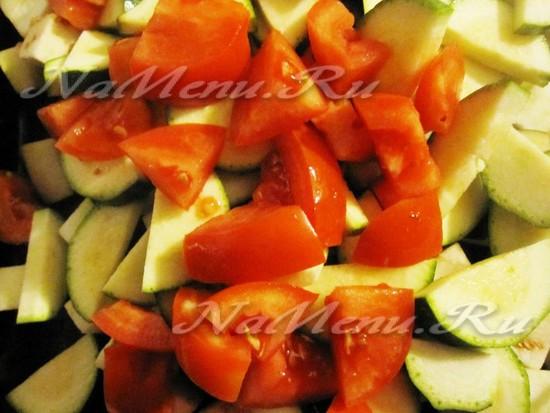 порезать огурцы и смешать с овощами