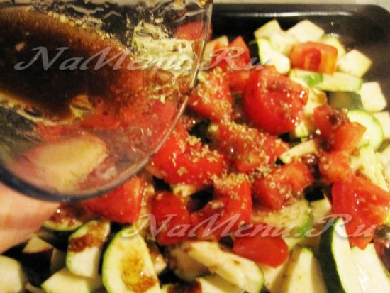 облить фрукты маринадом и запечь